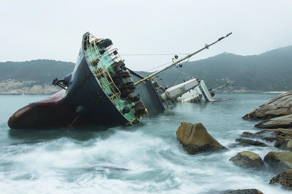 船舶が座礁して沈没してる写真